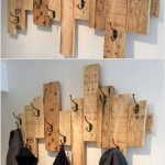 30 Fantastic DIY Hanger Ideas from Wooden Pallets (19)