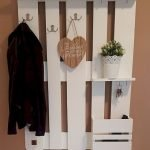 30 Fantastic DIY Hanger Ideas from Wooden Pallets (25)