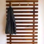 30 Fantastic DIY Hanger Ideas from Wooden Pallets (30)
