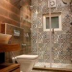 20 Stunning Farmhouse Bathroom Tile Decor Ideas and Remodel (17)
