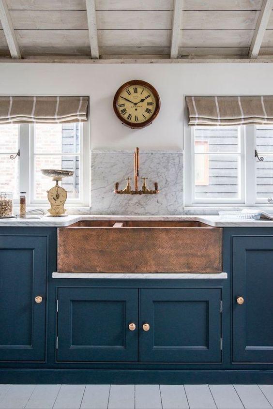 20 Stunning Farmhouse Kitchen Sink Decor Ideas And Remodel (2)